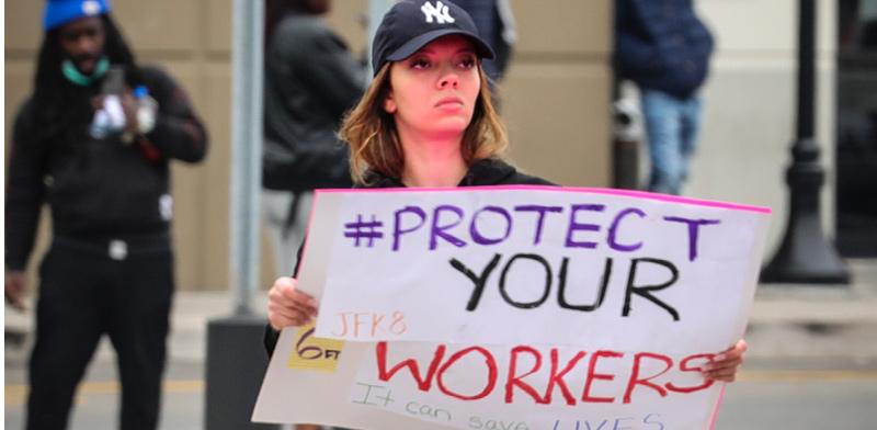 עובדת של אמזון מפגינה נגד החברה / צילום: Bebeto Matthews, Associated Press