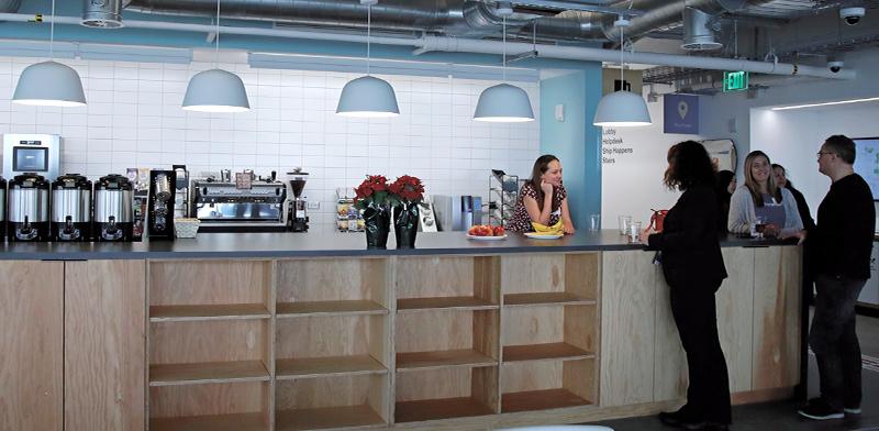 בית קפה במשרדים של פייסבוק, עוד בימים שלפני הקורונה / צילום: Elise Amendola, Associated Press