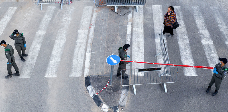 המשטרה סוגרת את הרחוב הראשי ז'בוטינסקי בבני ברק / צילום: Oded Balilty, Associated Press