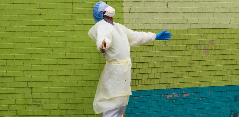 רופא מהצוות הרפואי יוצא לשאוף אויר מתוך מחלקות הטיפול הנמרץ בבית החולים בברונקס, ניו יורק / צילום: Mary Altaffer, Associated Press