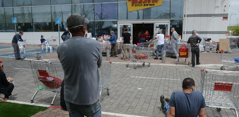 Queues outside supermarket  / Photo: Eyal Izhar, Globes