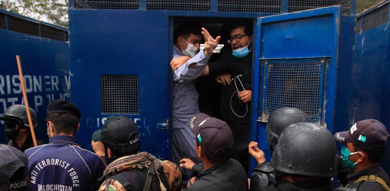 שוטרים בפקיסטן מכים רופאים שמוחים על המחסור החמור בציוד מגן שיאשפר להם לטפל בחולים בצל התפשטות מגפת הקורונה במדינה / צילום: Arshad Butt, Associated Press
