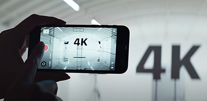 מתוך הפרסומת לאייפון SE החדש / צילום: הערוץ הרשמי של אפל