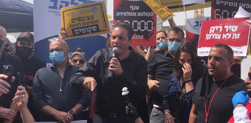"""עו""""ד רועי כהן ראש ארגון להב מדבר בהפגנת העצמאים / צילום: להב"""