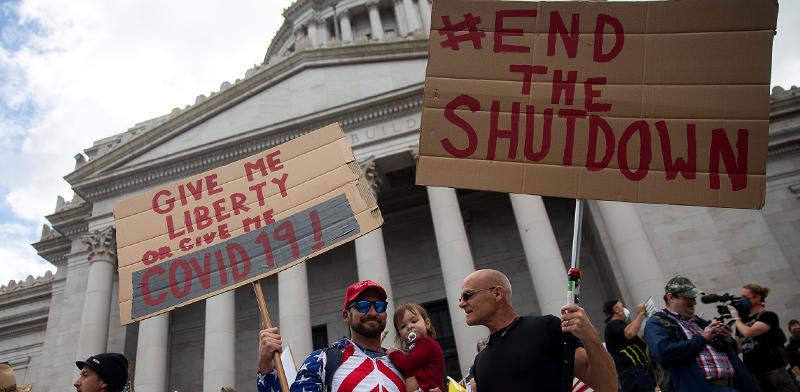 מפגינים מוחים על הסגר מול בניין הקפיטול באולימפיה שבמדינת וושינגטון / צילום: LINDSEY WASSON, רויטרס