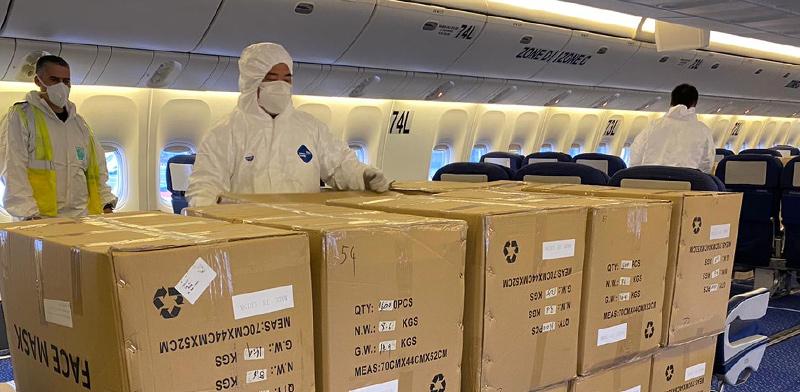 """צוות הטיסה של אל על לצד חבילות ציוד המגן רגע לפני פריקתן / צילום: דוברות אל על, יח""""צ"""