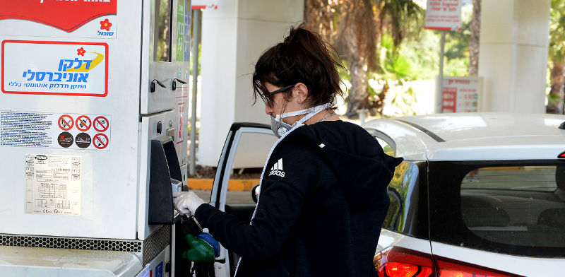 Filling up with gasoline  / Photo: Eyal Izhar, Globes