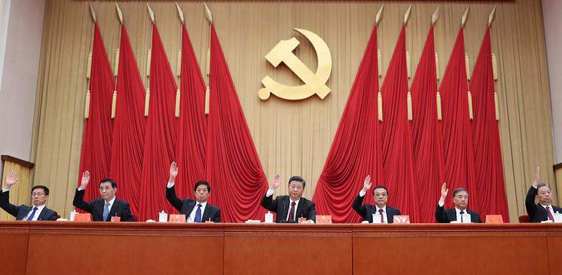 נשיא סין שי ג'ינפינג (במרכז) בוועידת המפלגה הקומוניסטית בסין / צילום: Ju Peng, Associated Press