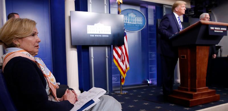 """דברה ברקס, מתאמת """"כוח המשימה"""" לענייני הקורונה, בעת תדרוך טראמפ לעיתונות. פניה נותרו חתומים כשהנשיא ניסה להשיג ממנה מחווה כלשהי של הסכמה בעניין האקונומיקה / צילום: Alex Brandon, Associated Press"""