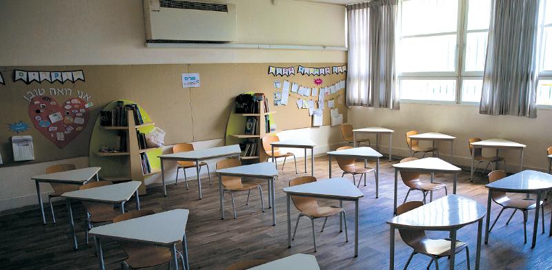 כיתה בבית ספר יסודי בתל אביב במאי 2020, מסודרת לשמירת מרחק בין תלמידים / צילום: Sebastian Scheiner, Associated Press