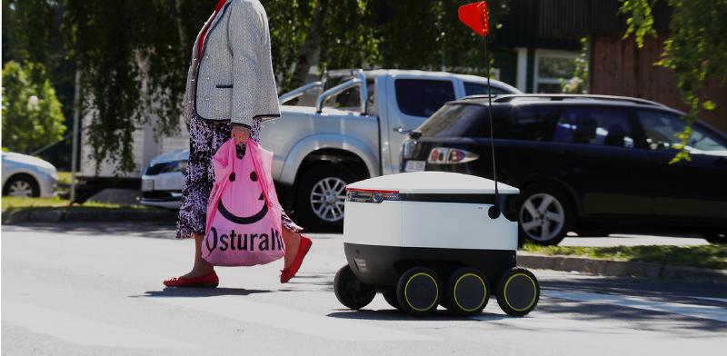 רובוט אוטונומי של חברת סטארשיפ. ביצעה 100 אלף משלוחים בעולם / צילום: רויטרס