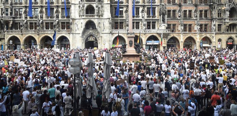 מפגינים נגד ההגבלות על החיים בגרמניה / צילום: Felix H'rhager, Associated Press