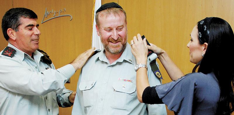 """הרמטכ""""ל גבי אשכנזי (משמאל) מעניק דרגות אלוף לפצ""""ר אביחי מנדלבליט בשנת 2008. החיוכים התחלפו בחקירות / צילום: דובר צה""""ל"""