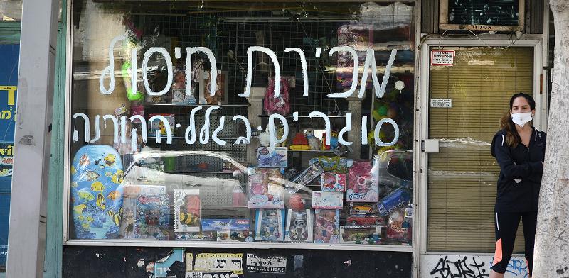 שלט סגירה על חלון הראווה של חנות קטנה בתל-אביב. בעקבות הסגר הרבה עסקים הגיעו לידי פשיטת רגל / צילום: איל יצהר, גלובס