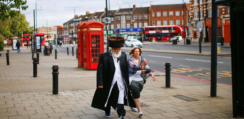 זוג מבוגר בשכונה יהודית בלונדון / צילום: Henry Nicholls, רויטרס