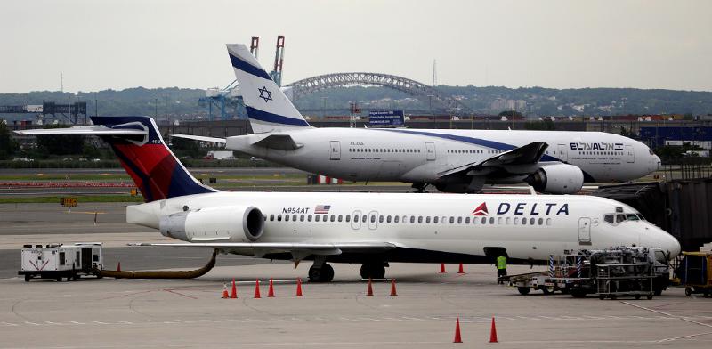 מטוס של אל על ומטוס של דלתא / צילום: Ariel Schalit, Associated Press
