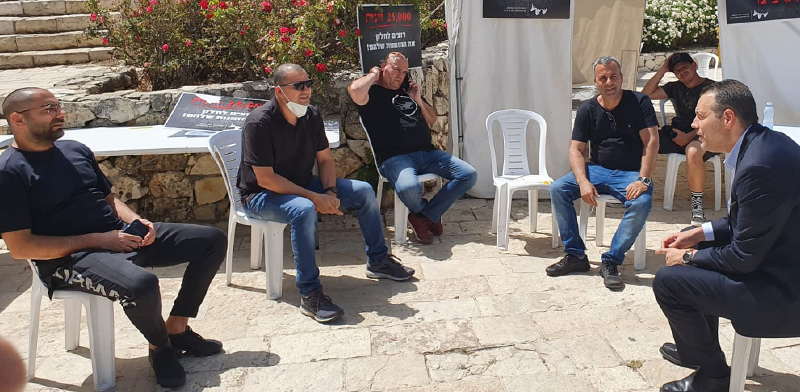 """ח""""כ מיקי זהר ונציגי ארגון האולמות וגני האירועים מחוץ לאוהל המחאה  / צילום: פוני מסיקה"""