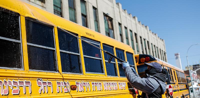 חיטוי של אוטובוס של הקהילה חרדית בברוקלין בחודש מרץ / צילום: Chris Pizzello, Associated Press