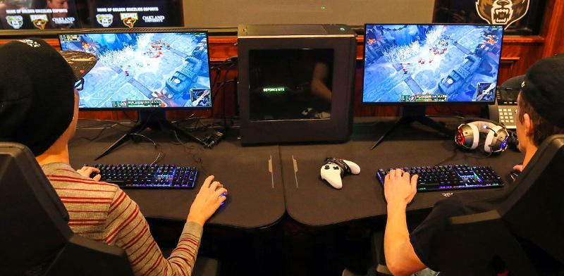 """סטודנטים משחקים במשחק """"League of Legends"""" / צילום: Eric Seals, רויטרס"""