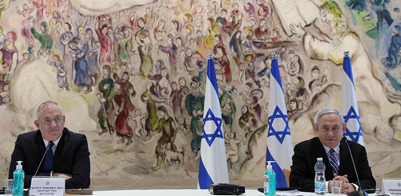 בנימין נתניהו ובני גנץ בישיבה הראשונה של ממשלת האחדות / צילום:  Abir Sultan, רויטרס
