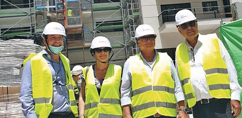 """מימין: נחשון קיויתי, חיים אביטן, עינת גנון ורועי אלקבץ, באתר הבנייה של הפרויקט ברחוב לה גארדיה / צילום: יח""""צ"""
