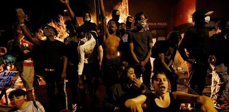 """מפגינים מול המשטרה על המוות של ג'ורג' פלויד. מיניאפוליס, ארה""""ב / צילום: John Minchillo, Associated Press"""