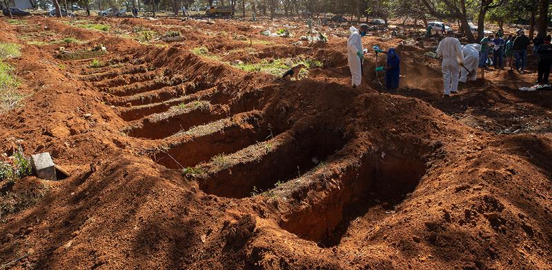 שדה של קברים פתוחים בסאו פאולו, ברזיל / צילום: Andre Penner, Associated Press