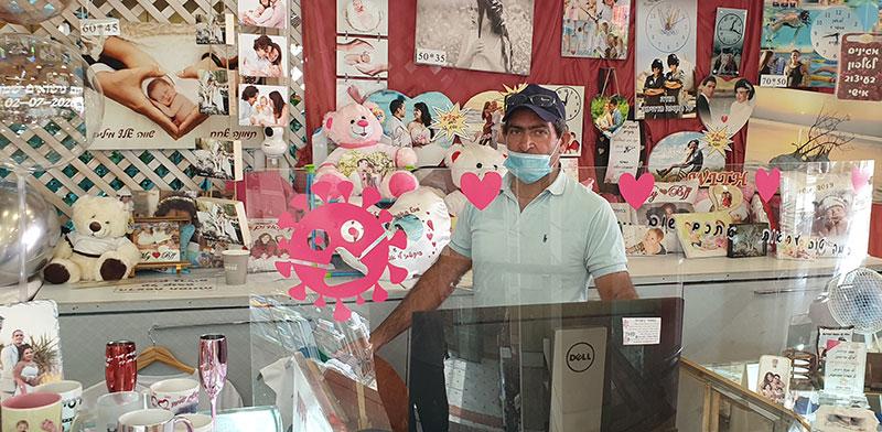 """בעלי חנות המתנות האישיות, יוסי ירושלמי. """"שורדים בציפורניים. חיים במינימום""""  / צילום: גיא ליברמן, גלובס"""