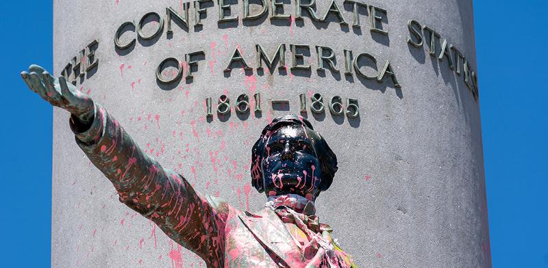 פסלו של מנהיג הקונפדרציה, ג'פרי דיוויס, מושחת בריצ'מונד וריג'ניה / צילום: Ben Birchall , Associated Press