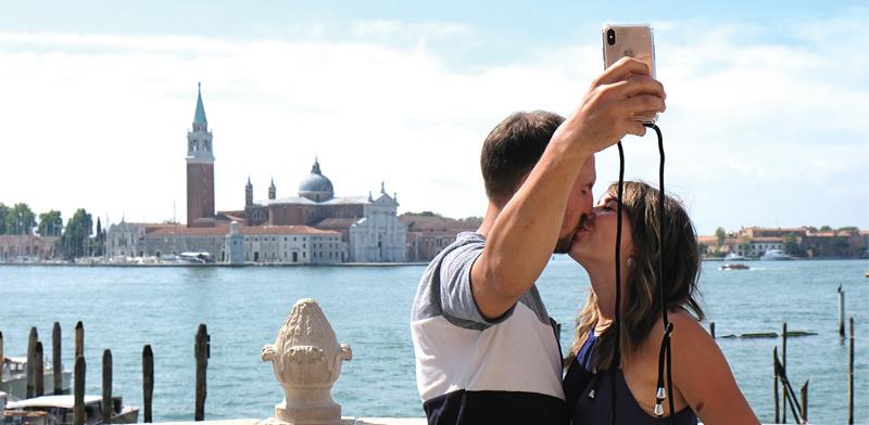 זוג תיירים בוונציה. איטליה פותחת את הגבולות מהר כדי לעקוף את ספרד וצרפת הסמוכות / צילום: Manuel Silvestri, רויטרס