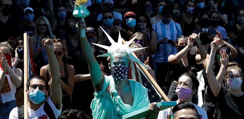 הפגנת מחאה / צילום: Nam Y. Huh, Associated Press
