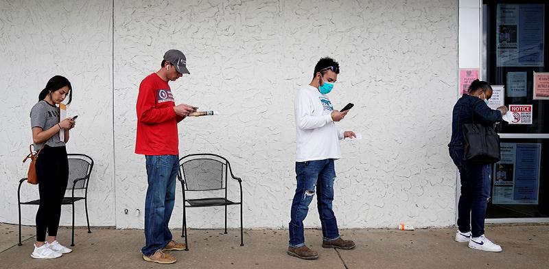 """מחפשי עבודה בלשכת תעסוקה במדינת ארקנסו, ארה""""ב / צילום: Nick Oxford, AP"""