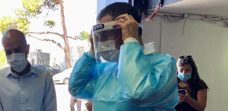 """שר הבריאות יולי אדלשטיין בסיור בבתי חולים ובמחסני חירום במרכז הארץ / צילום: יח""""צ"""