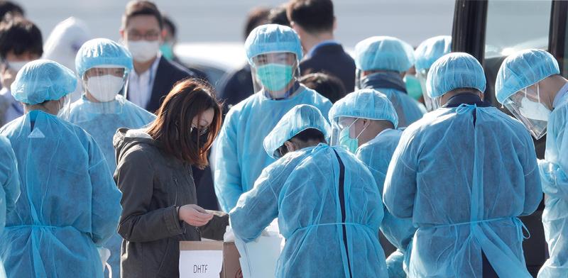 """נוסעי """"דיימונד פרינסס"""" יורדים מהספינה. האם יש הצדקה לחייב אותם להשתתף במחקר? / צילום: Kim Kyung Hoon, רויטרס"""