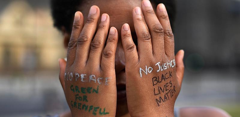 """מפגינה בעד זכויות השחורים. """"זו מחאה תודעתית, שהפכה גלובלית. כל העולם משתתף"""" / צילום: Alberto Pezzali, Associated Press"""