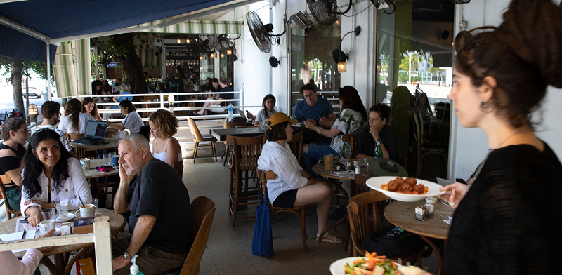 בית קפה בתל אביב / צילום: Sebastian Scheiner, Associated Press