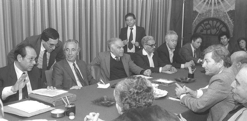 """1985: מצילים את המשק ישיבת הממשלה, בראשות רה""""מ שמעון פרס, שדנה באישור תוכנית הייצוב הכלכלית / צילום: HERMAN CHANANIA, לע""""מ"""