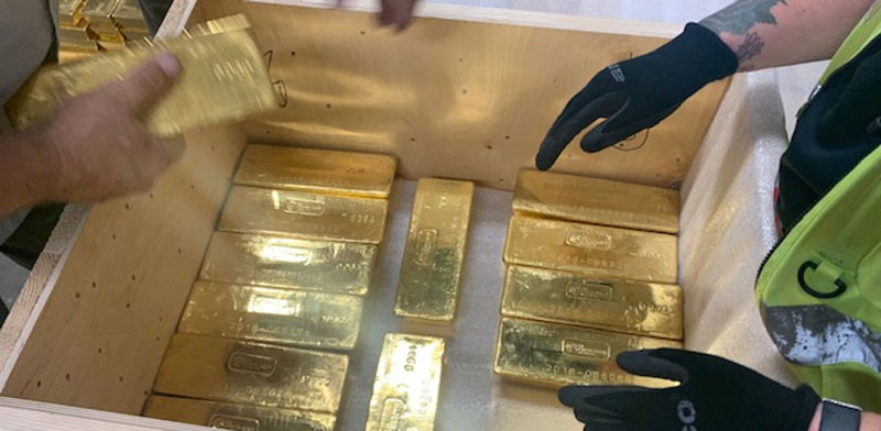 משלוח של מטילי זהב לבנק המרכזי של פולין. הזהב לא מספק תשואה שוטפת / צילום: An xin, G4S, רויטרס