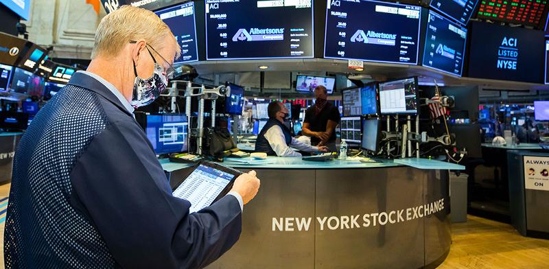 סוחר בבורסת ניו יורק / צילום: Colin Ziemer, Associated Press