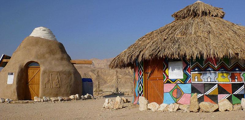 לא אפריקה, כאן בערבה. בתי בוץ, בנייה אקולוגית לאנרגיות מתחדשות / צילום: אביטל ניסימוב