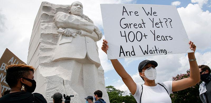 הפגנה ליד הפסל של מרטין לות'ר קינג ביום ציון שחרור העבדות / צילום: Jacquelyn Martin, Associated Press