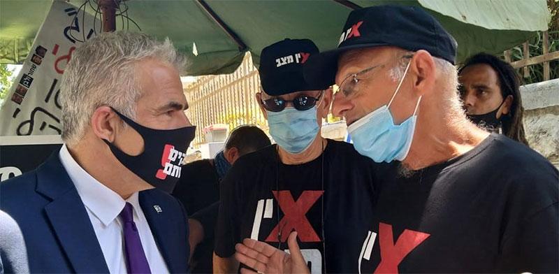 """יאיר לפיד ואמיר השכל במאהל המחאה אל מול בית ראש המממשלה  / צילום: דוברות מפלגת """"יש עתיד"""""""