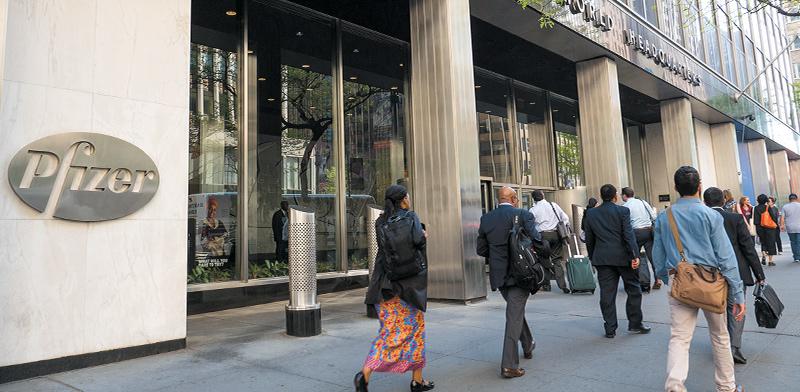 בניין פייזר בניו יורק. אחת מ-9 החברות שהזהירו שלא יקצרו תהליכים במסגרת החיסון לקורונה / צילום: shutterstock, שאטרסטוק