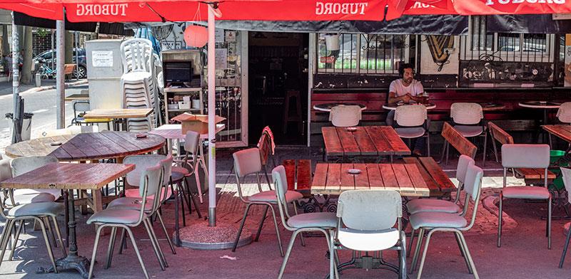 בעל עסק מחכה ללקוחות שלא מגיעים / צילום: כדיה לוי, גלובס