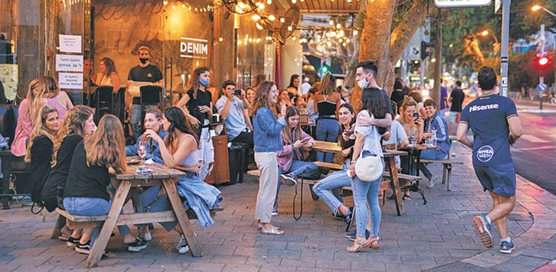 מסעדה בתל אביב. חלק ניכר ממקומות הישיבה בחוץ / צילום: Amir Cohen, רויטרס