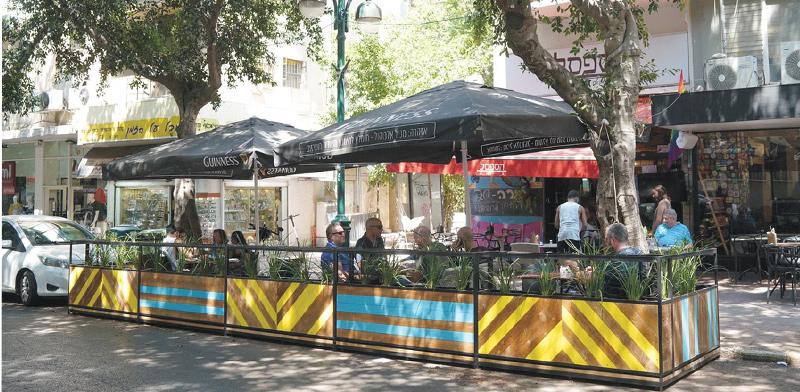 מקומות חניה שהוסבו למקומות ישיבה לסועדים בבתי קפה ברמת גן / צילום: אילן ספרא
