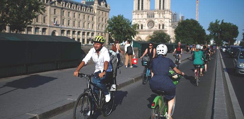 נתיב תחבורה חדש לאופניים בפריז ליד כנסיית נוטר דאם על גדות נהר הסן הסמוך / צילום: Gonzalo Fuentes, רויטרס
