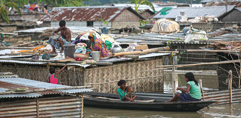 חלקים נרחבים מהעיר גואטי במדינת אסאם בצפון מזרח הודו הוצפו בעקבות גשמי המונוסון, החודש / צילום: Anupam Nath, AP