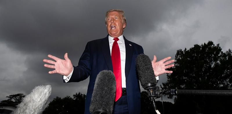 הנשיא טראמפ בבית הלבן, בסוף השבוע. קדרות אופפת אותו ואת היועצים בסביבתו  / צילום: Alex Brandon, Associated Press