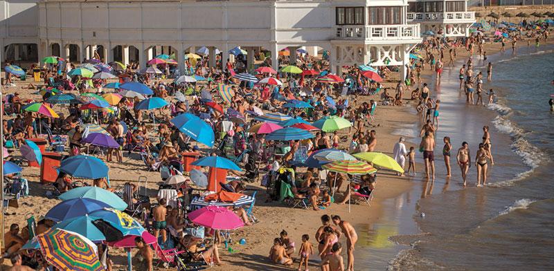 חוף בדרום ספרד, לפני שבועיים. המוני צעירים שטפו את החופים והברים ברחבי באירופה / צילום: Emilio Morenatti, Associated Press